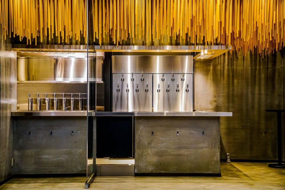 立ち飲みスタイルの日本酒バー「純米酒専門YATA」中部国際空港にオープン2