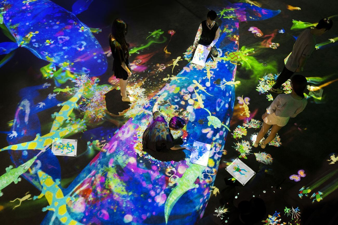 チームラボ 徳島県文化の森総合公園内にてデジタルアートを展示.jpg 呼応する木々