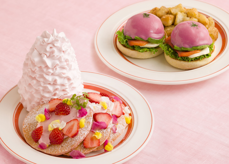 Eggs 'n Things_いちごと桜ホイップのパンケーキ_ビーツソースのピンクベネディクト-min