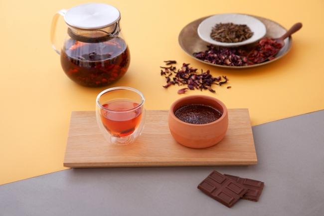 ハイビスカスブレンドほうじ茶 × クレームブリュレショコラベリーのコンフィチュール